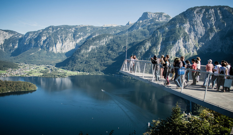 From the World Heritage viewing platform you have a view over Hallstatt, the Lake Hallstatt, to Obertraun and to the Dachstein Krippenstein. (© Edwin Husic)