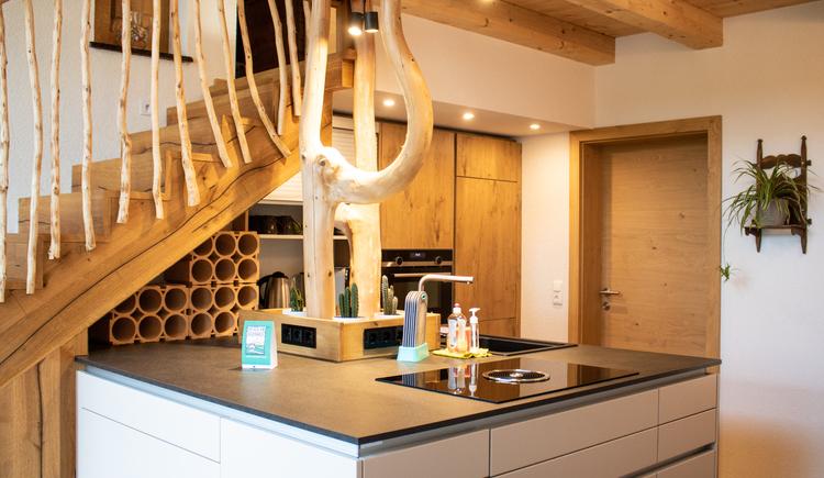 Moderne Kücheninsel lädt zum Kochen ein. (© Ferienregion Dachstein Salzkammergut)