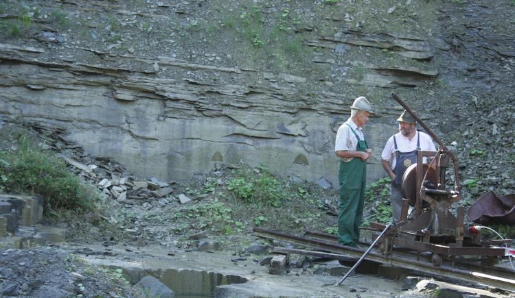 2 Männer arbeiten in den Schleifsteinen bei den Filmaufnahmen. (© Grill Elisabeth)