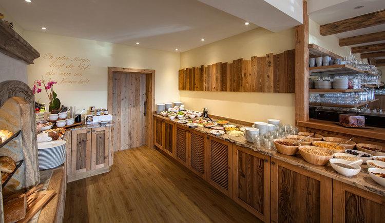 Frühstücksbuffet mit Schüsseln mit Cerialien, Teller, Marmeladen