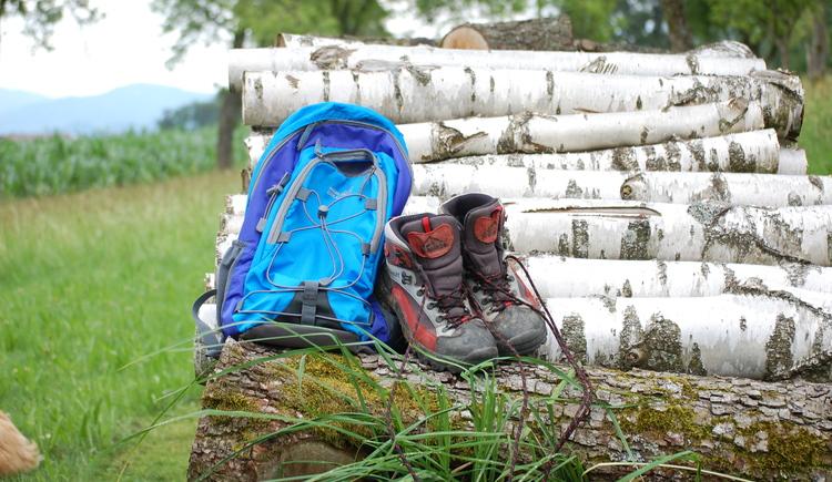 Wanderrucksack und Schuhe. (© TVB Attersee-Attergau, Elisabeth Baumann)
