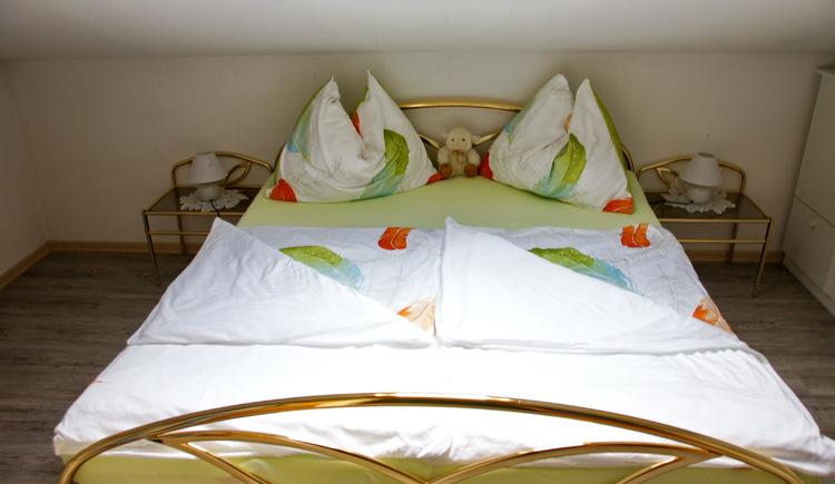 Beide Schlafzimmer der Ferienwohnung Schlosspark liegen unter der Mansarde und haben daher einen besonders gemütlichen Charakter. (© Manuela Sommerer)