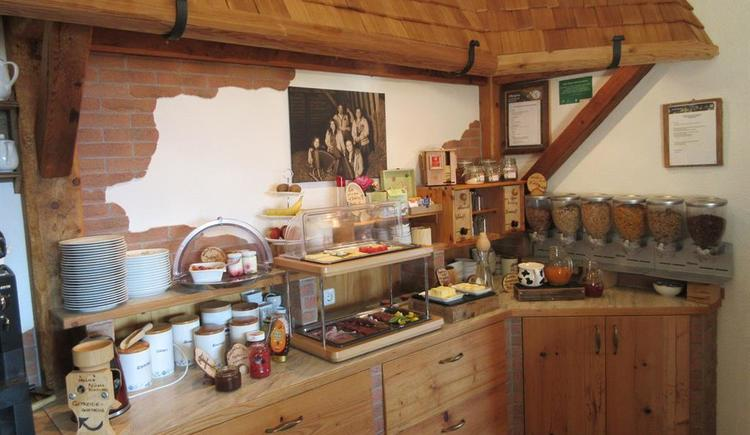Köstlichkeiten am Früstücksbuffet (© Familienbauernhof Christa)