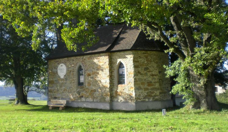 Kapelle umgeben von Wiese und Bäumen. (© www.mondsee.at)