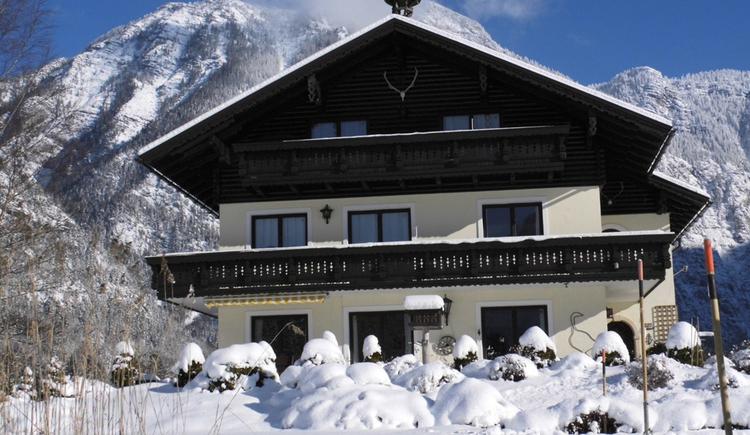 Der Winter in der Ferienregion Dachstein Salzkammergut lässt das Haus Marie im Winterkleid strahlen. (© Abel Gans)