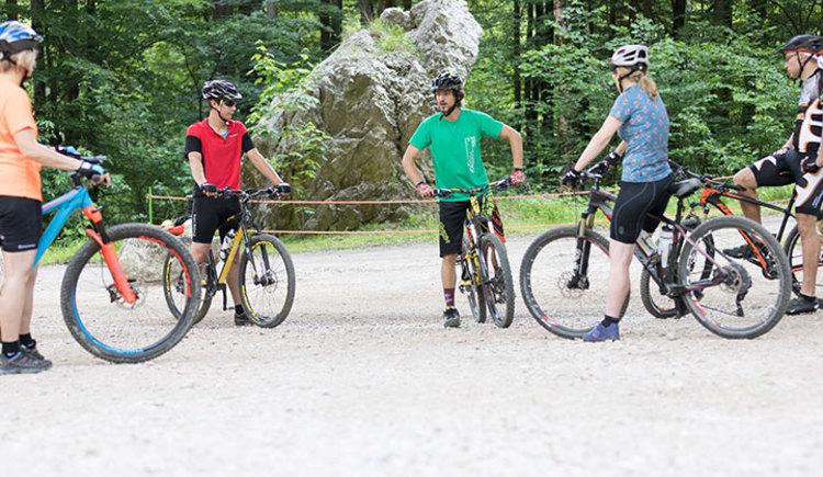 Nur wer sein Rad beherrscht, hat Spaß an der Sache! In diesem Fahrtechniktraining geht es in erster Linie um Sicherheit mit und rund ums Bike. Wir helfen Einsteigern, sich Grundkenntnisse im Fahrtechnikbereich anzueignen oder diese zu verbessern, um sich sicherer und besser auf dem Bike bewegen zu können.