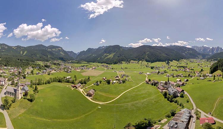 Ein Blick über das Gosautal mit den beiden Kirchen im Vordergrund und dem Gosaukamm im Hintergrund. (© Sven Posch - www.360perspektiven.com)