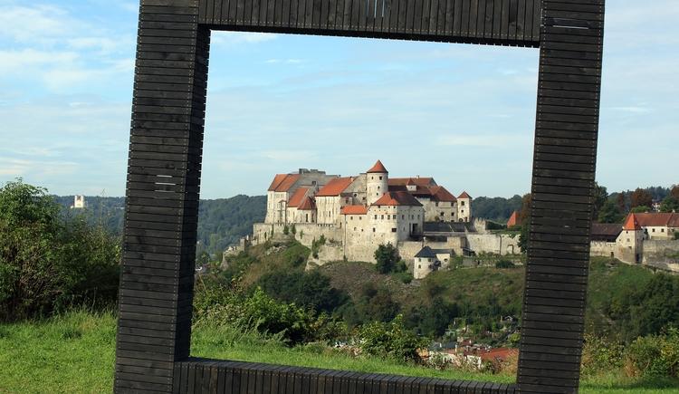 Bilderrahmen in Hochburg-Ach mit Blick auf Burghausen. (© Burghauser Touristik GmbH)