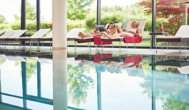 entspannen-am-pool-im-spa-hotel-br-ndl (© Spa Hotel Bründl OÖT)