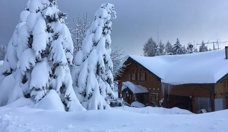 winterlich verschneites Ferienhaus (© privat)