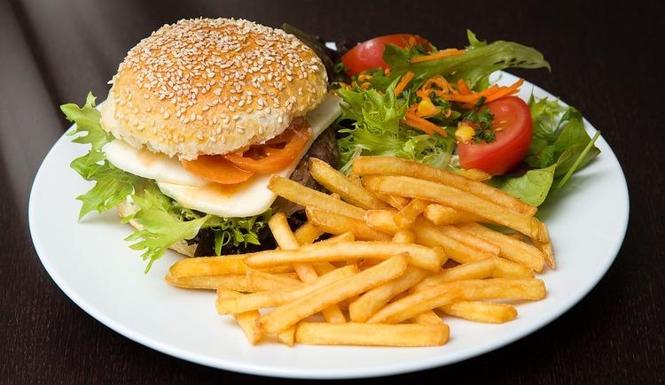 Burger (c) Pixabay_Fclaria (© Pixabay)