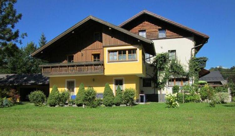 Die 50m² große Wohnung in einem kleinen Häuschen (keine anderen Gäste im Haus) lädt zum Relaxen auf die möblierte 30 m² großen Sonnenterrasse mit herrlichem Blick auf die umliegende Bergwelt ein. (© Gabriele Untersberger)