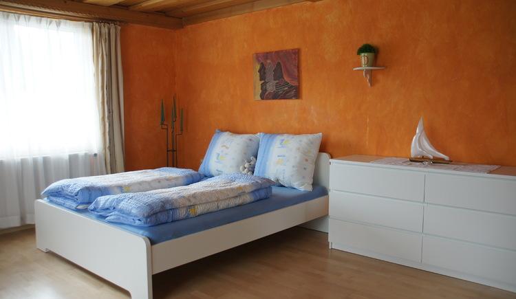 Das zweite Schlafzimmer mit Doppelbett der Ferienwohnung Gosaukamm (© Manuela Sommerer)