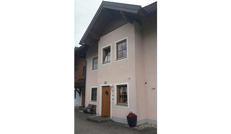 Blick auf das Haus mit Fenster und Haustür