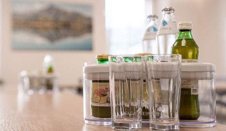 einige Gläser mit Getränkeflaschen. (© Hotel Krone)