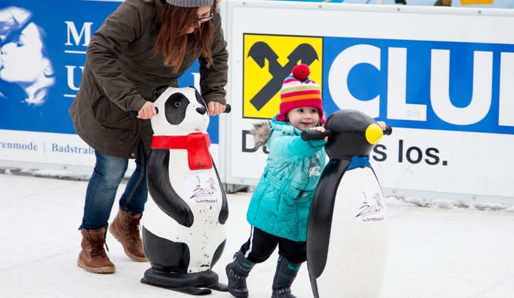 Eislaufen mit Panda und Pinguin-Unterstützung (© M. Penninger)