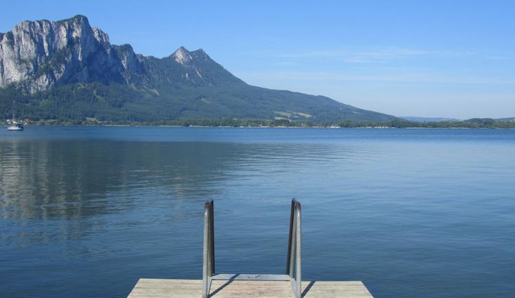 Blick vom Steg auf den See, im Hintergrund die Berge. (© Tourismusverband MondSeeLand)