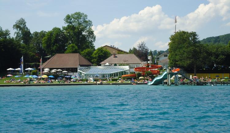 Blick vom See auf das Erlebnisbad (© Tourismusverband Attersee-Attergau)