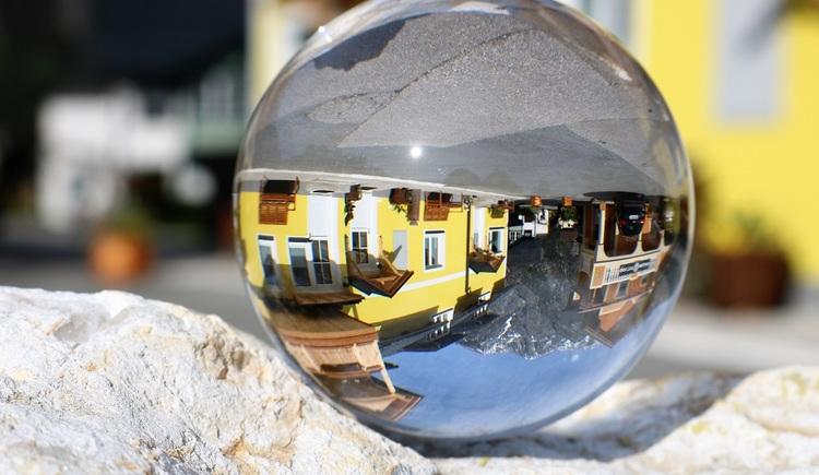 Ansicht der Ferienwohnungen Arikogel durch eine Glaskugel (© Thomas Pfandl)