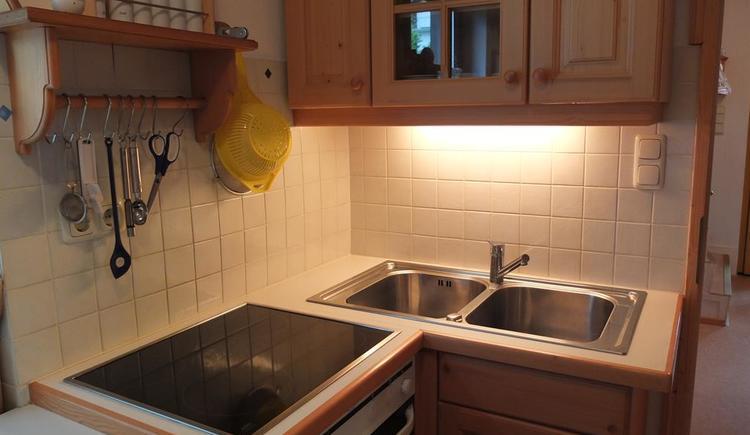 Gut ausgestattete Vollholzküche mit Geschirrspüler (© Ferienhaus in der Schlipfing)