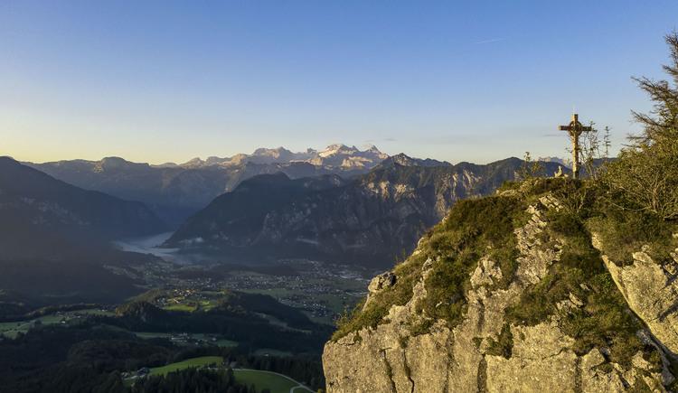 Vom Gipfel des Predigstuhls hat man einen Weitblick auf den Dachstein, den Krippenstein, Hallstättersee und Bad Goisern. (© RudiKainPhotografie)