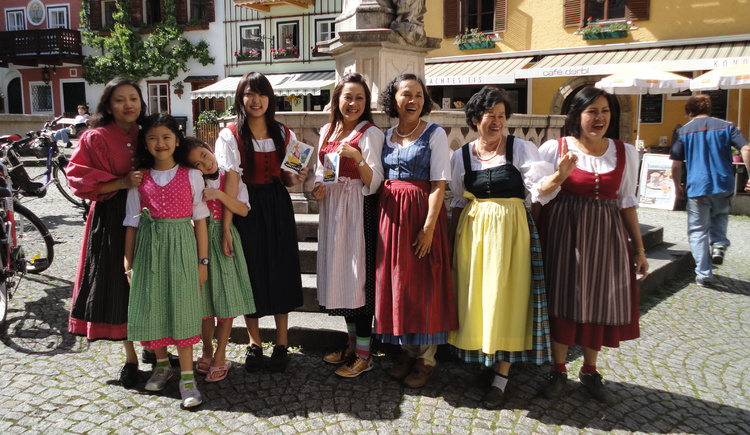 The various selection of tradtional austrian clothes with view to the market square of Hallstatt. (© Dirndl & Design to go)