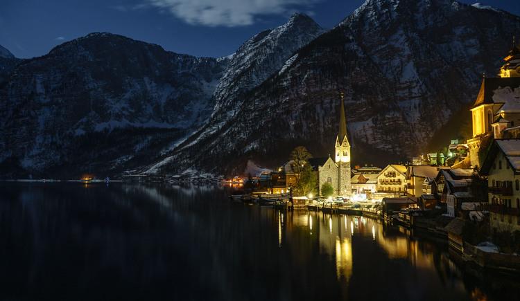 Hallstatt is lighted up by the full moon. (© Jürgen Stüger)