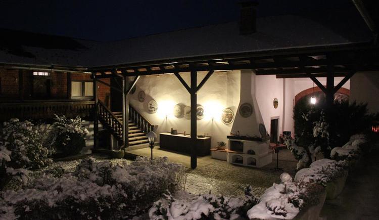 Hof in einer Winternacht (© Privat)