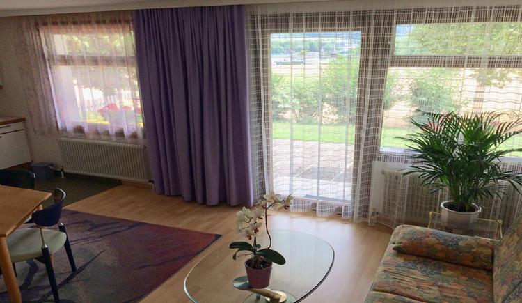 Apartment mit Seeblick - Wohnzimmer mit Blick auf die Terrasse
