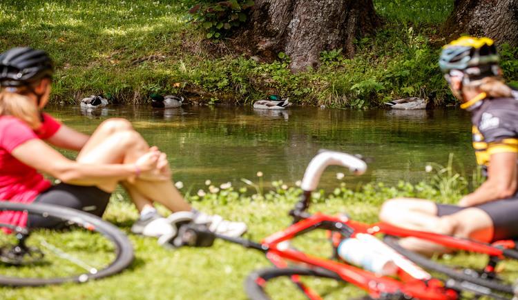 Kurze Pause nach der Tour im Kurpark Bad Goisern. (© Erwin Haiden bikeboard.at)