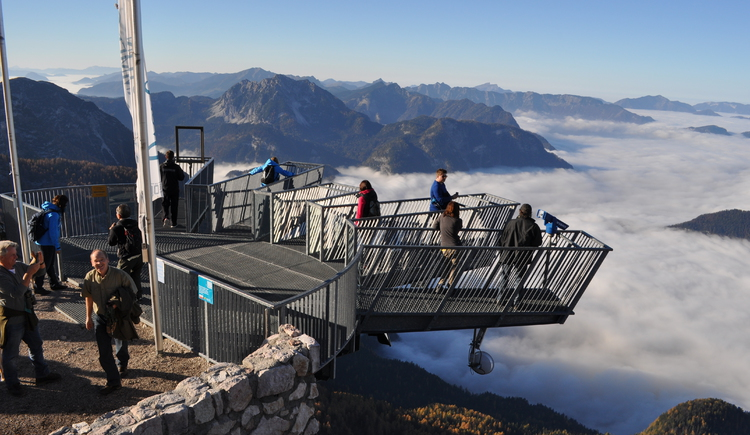 Gäste auf der Aussichtsplattform. (© Dachstein Salzkammergut | (c) DAG)