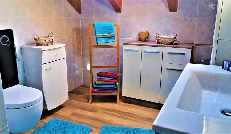 Bad mit Fenster, kuschliger Fußbodenheizung, kostenlosen Pflegeartikeln, Handtücher, Duschtücher, Duschgel, vielen Schränken u. Ablagen für Ihre Badutensilien