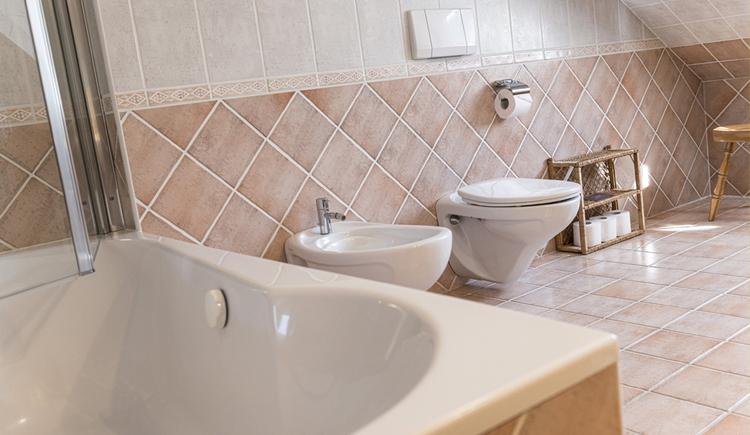 Hier sieht man das Badezimmer, inklusive Badewanne und Toilette.