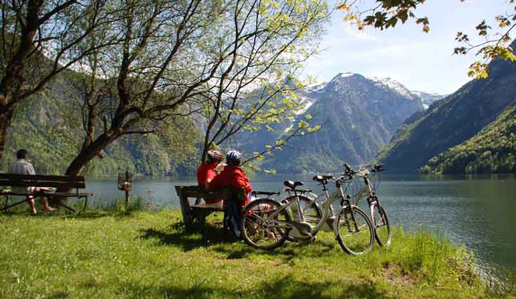 The place of happiness in Bad Goisern at Lake Hallstatt can be reached on the east bank hiking and biking trail.