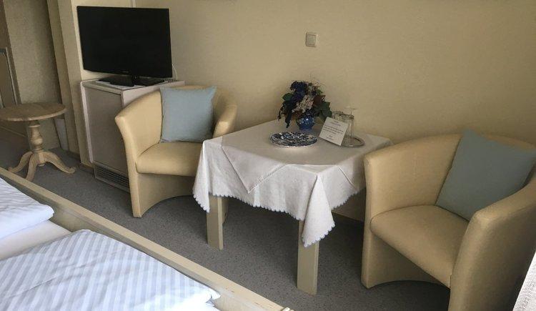 Basic Doppelzimmer Pension Schlömmer Sitzgruppe