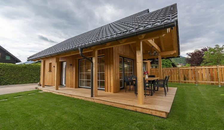 Der geschützte Garten und die schöne überdachte Terrasse laden zum Entspannen, Spielen und zum gemütlichen Beisammensein ein. \n