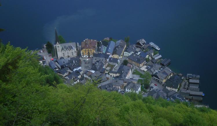 Der Blick vom Welterbeblick auf das Ortszentrum des Weltkulturerbeorts Hallstatt. (© Ferienregion Dachstein Salzkammergut)