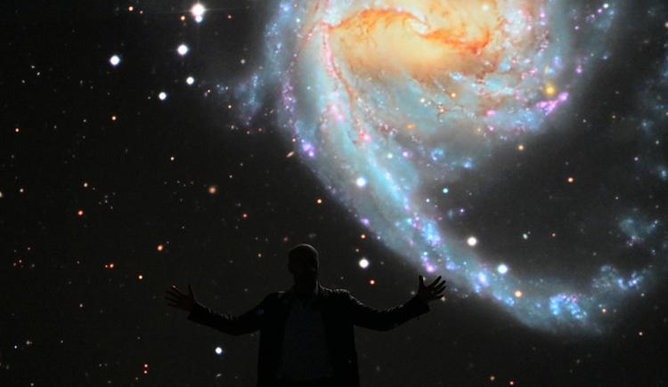 Dietmar Hager im Deep Space Live führt durch die Wunder des Weltalls und zeigt hier eine Spiralgalaxie