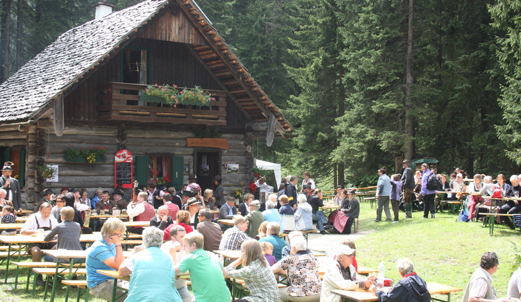 Many hikers enjoy the weather and the delicious food at the hut. (© Grill Elisabeth)