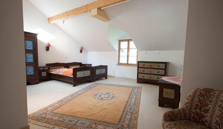 Ansicht der Betten, Kommode, Teppich. (© Haus Bellevue)