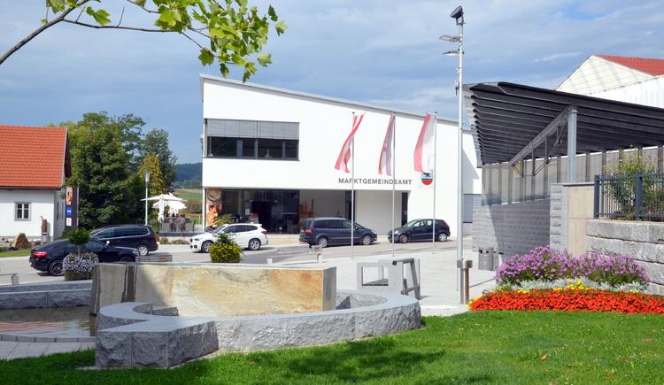Neuer Ortsplatz mit Sicht auf Marktgemeindeamt.