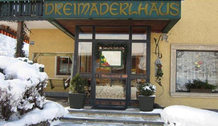Die 50 qm große Wohnung in einem kleinen Häuschen lädt auch im Winter zu einem entspannten Urlaub im Herzen des Salzkammergutes ein. (© Gabriele Untersberger)