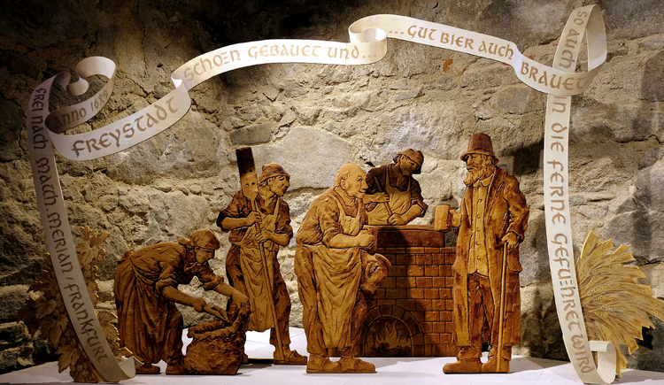 Ausstellung zum Thema Brauerei mit Holzfiguren. (© Schlossmuseum Freistadt)