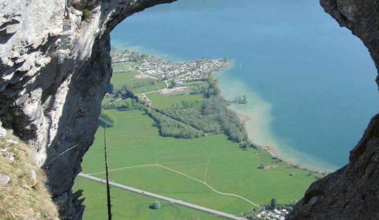 Blick durch das Drachenloch mit Blick auf den See. (© www.mondsee.at)