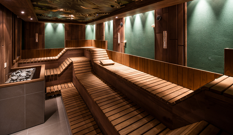 Saunabereich im SPA Resort Therme GeinbergZu sehen ist der Innenbereich mit den Liegefläche einer Sauna. (© SPA Resort Therme Geinberg |Robert Maybach)