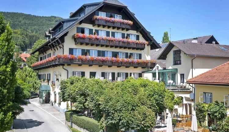 Frontansicht des Hotels Aichinger mit dem Haubenrestaurant \