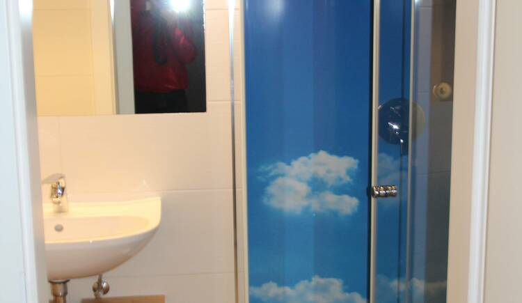 Badezimmer in der Ferienwohnung Gosaukamm. (© Laserer)