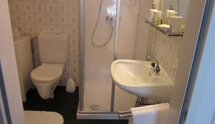 Liebevoll eingerichtete Doppelzimmer ausgestattet mit Dusche und WC. (© Gabi Untersberger)
