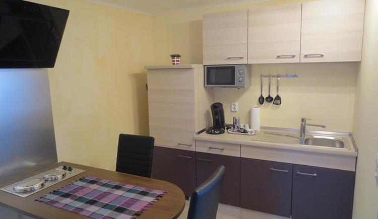 Appartement Küche mit Essplatz und Kochstelle (© Privat)