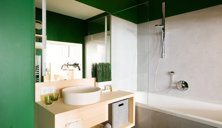 View into the bathroom of the Royal Suite Wald at Hallstatt Hideaway. (© Hallstatt Hideaway)